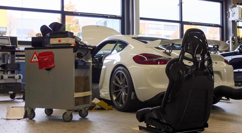 Unboxing: Porsche Cayman GT4