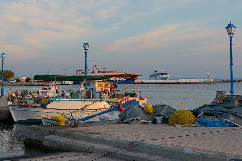 Fischerboot im Hafen von Inousses MS Europa 2