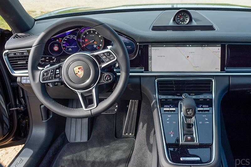 Cockpit des Porsche Panamera 4S