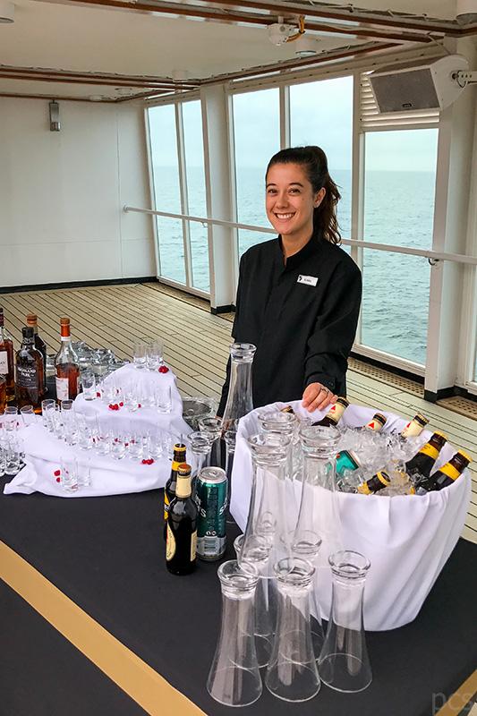 Seabourn Quest Stewardess Krista mit Getränkeauswahl