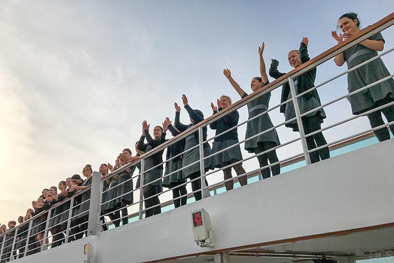 Die Crew der Seabourn Quest nimmt Abschied am Pool Deck