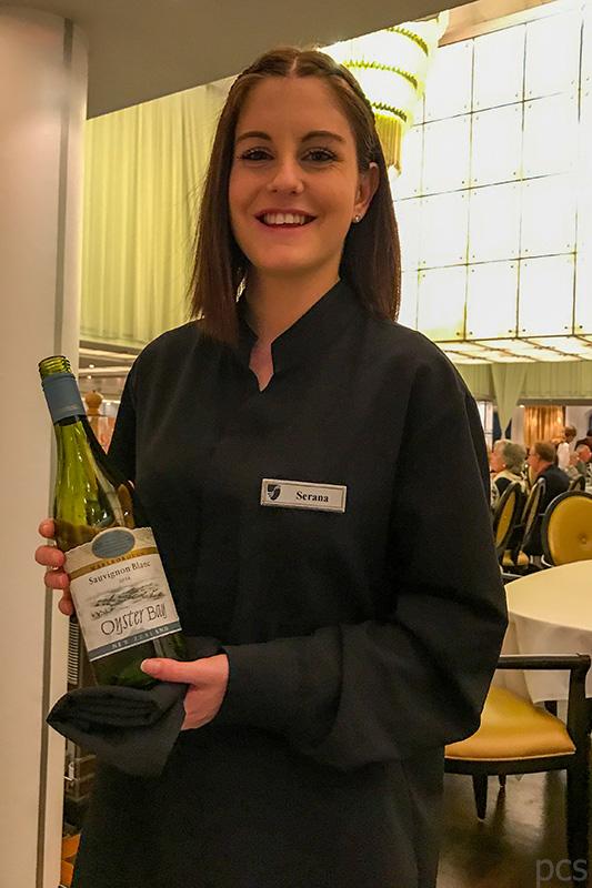 Seabourn Quest Sommeliere Serena mit einer Flasche Oyster Bay