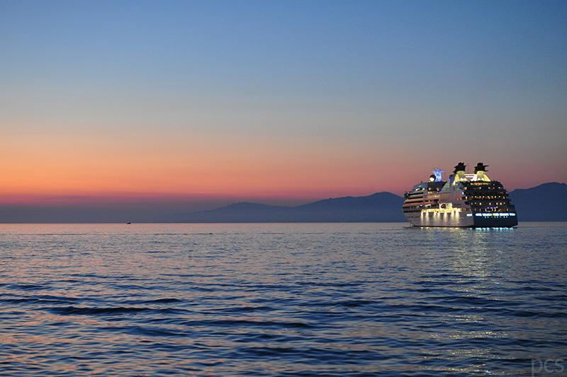 Die Seabourn Quest im Sonnenuntergang vor Mykonos