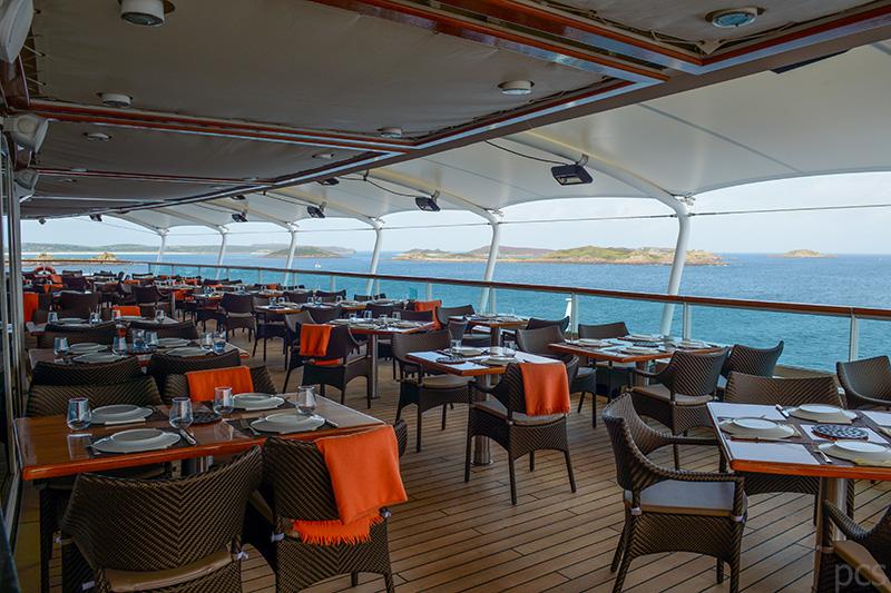 Außenbereich des Restaurants The Colonnade an Bord der Seabourn Quest
