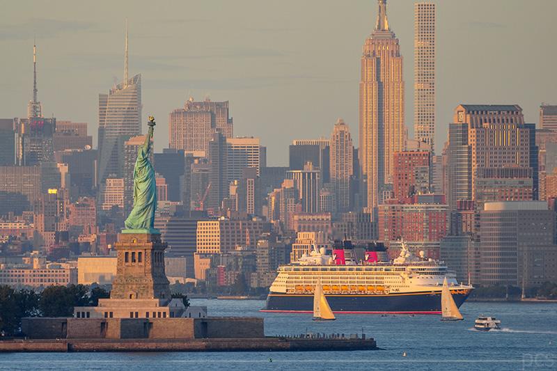 Ein Kreuzfahrtschiff verlässt New York