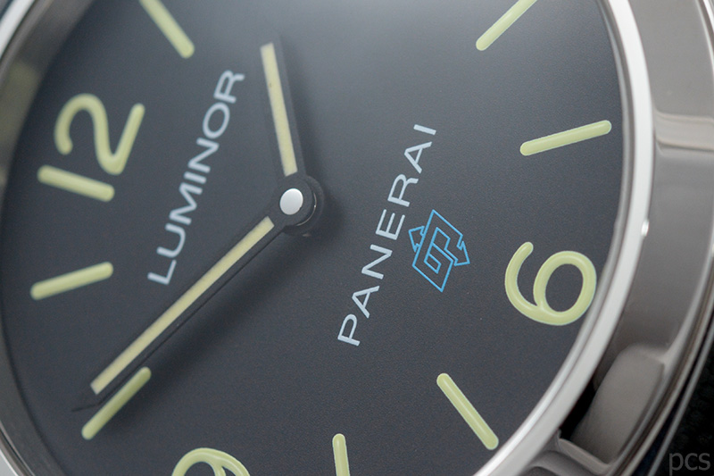 Zifferblattdetail Blaues Logo bei der Officine Panerai Luminor Base Logo 3 Days Acciaio 44mm, PAM00774